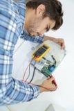Marchand fixant la question électrique avec le dessiccateur de main images libres de droits