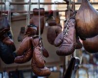 Marchandises de boxe en cuir sur l'affichage image stock