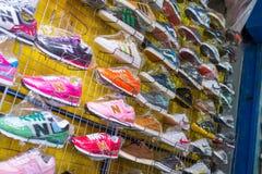 Marchandises de contrefaçon des chaussures marquées sur le marché noir Photographie stock