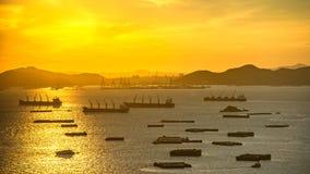 Marchandises de transport d'un cargo entre les ports images libres de droits