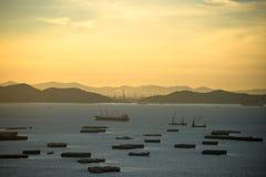 Marchandises de transport d'un cargo entre les ports dans le lever de soleil photographie stock