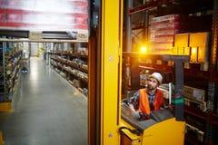 Marchandises mobiles de chargeur d'entrepôt photos libres de droits
