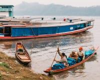 Marchandises mobiles de personnes en le bateau en rivière chez Luang Prabang, Laos Image stock