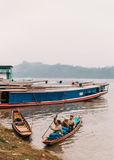 Marchandises mobiles de personnes en le bateau en rivière chez Luang Prabang, Laos Images stock