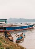 Marchandises mobiles de personnes en le bateau en rivière chez Luang Prabang, Laos Photos stock