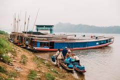 Marchandises mobiles de personnes en le bateau en rivière chez Luang Prabang, Laos Photographie stock libre de droits