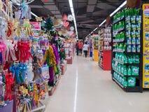 Marchandises sur des étagères de boutique et client dans le supermarché, Bangkok Photos stock
