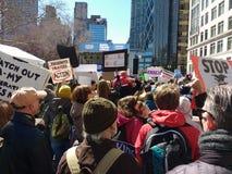 Marchando abajo de Central Park al oeste, marzo por nuestras vidas, NYC, NY, los E.E.U.U. Fotos de archivo libres de regalías