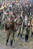 Marchando soldados re-enactors, rusos Reconstrucción de la batalla de Osovets fotos de archivo libres de regalías