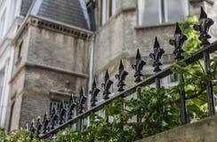 Marchant autour de Londres, Angleterre - bâtiments et barrières en métal image libre de droits