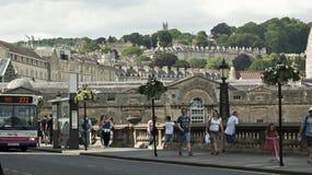 Marchant dans la station thermale de Bath, l'Angleterre Photo stock
