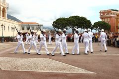 Marchant garde près du palais du ` s de prince, ville du Monaco Photographie stock