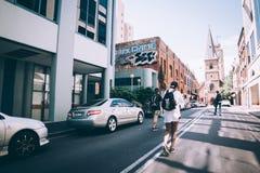Marchant les rues photo libre de droits
