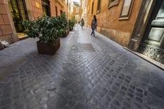 Marchant les rues et les allées antiques de Rome Photo libre de droits