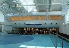 Marchant par le domaine principal, vers le bas vers les portes d'embarquement, aéroport de Jacksonville, la Floride, 2015 Image stock