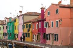 Marchant par les rues de l'île de Burano, d'une petite île à l'intérieur de la région de Venise Venezia, célèbre pour la fabricat photo stock