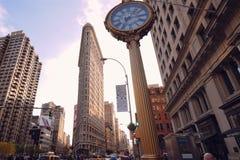 Marchant par les rues de New York, Manhattan La vie de New York pendant l'après-midi Rues et bâtiments de ville photographie stock libre de droits