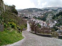 Marchant vers le haut de la colline de château, Gjirokaster, Albanie photos libres de droits