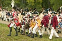 Marchas británicas del fife y del tambor en el camino de la entrega en el 225o aniversario de la victoria en Yorktown, una recons Imagenes de archivo