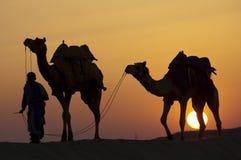 Marche à la maison au coucher du soleil Photo stock