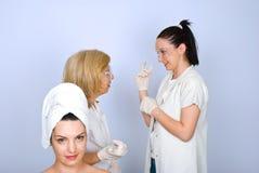 Marche à suivre de attente de botox de femme Image stock