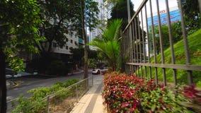 Marche à travers le steet vert en Kuala Lumpur 4K banque de vidéos