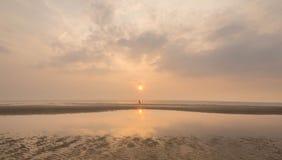 Marche à un coucher du soleil paisible photographie stock libre de droits