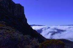 Marche au-dessus des nuages Photos stock