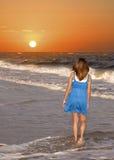 Marche au lever de soleil Photographie stock