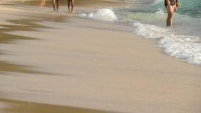 Marche aux pieds nus de plage banque de vidéos