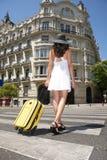 Marche avec la valise sur le passage clouté photographie stock