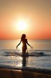 Marche avec le coucher du soleil Image stock