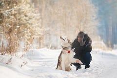 Marche avec le crabot en hiver le couple aimant marche dans la neige images libres de droits