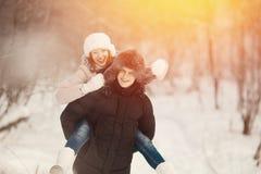 Marche avec le crabot en hiver le couple aimant marche dans la neige image libre de droits