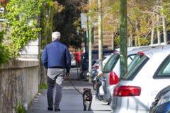 Marche avec mon ami photographie stock
