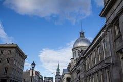 Marche Bonsecours em Montreal, Quebeque, Canadá, durante uma tarde ensolarada, com a brasão velha da cidade B foto de stock