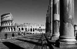 Marche chez le Colosseum photo libre de droits