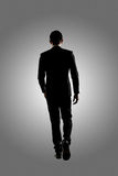Marche confiante d'homme d'affaires images stock