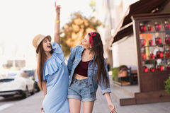 Marche décontractée et heureuse de femme photographie stock