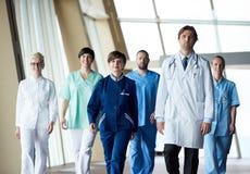 Marche d'équipe de médecins photos stock