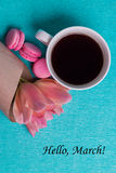 Marche d'étiquette bonjour, tulipes roses, tasse de café et macarons roses Photos libres de droits