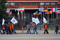 Marche d'étudiants avec les drapeaux colorés Photographie stock libre de droits