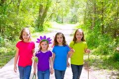 Marche d'amis et de filles de soeur extérieure dans la voie de forêt Photos stock