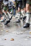 Marche dans l'équipement traditionnel au Fest d'Oktober Images libres de droits