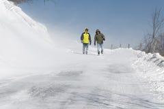 Marche dans la neige de soufflement Image stock