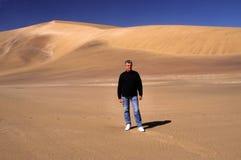 Marche dans le désert image stock