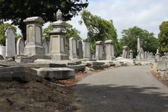 Marche dans le vieux cimetière Photographie stock libre de droits