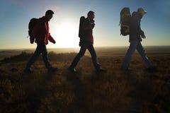 Marche dans les randonneurs de sunglow photo stock
