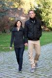 Marche de approche de jeunes couples de pair Images stock