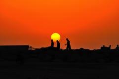 marche de coucher du soleil de gens Photos stock
